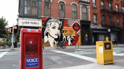 Village Voice en Blondie on a mural