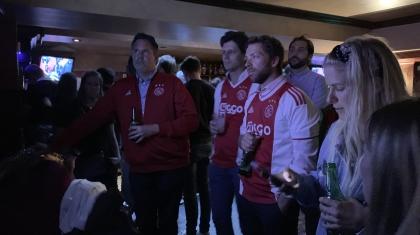 Ajax-fans kijken gespannen naar de wedstrijd.